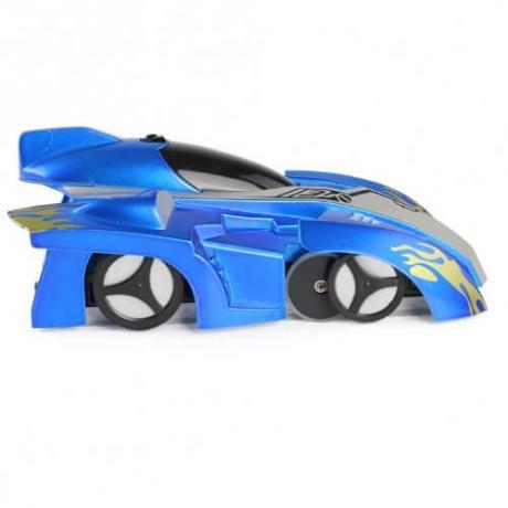 Детска играчка автомобил, движещ се по стени и тавани